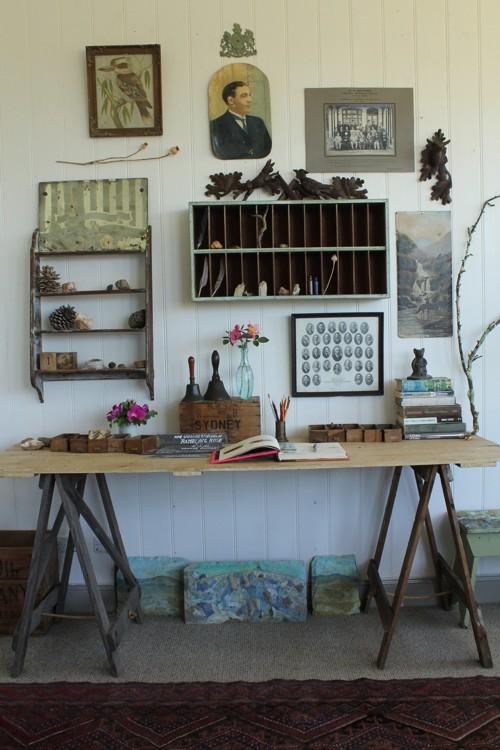 Mesa de escritorio con elementos conseguidos en la naturaleza.