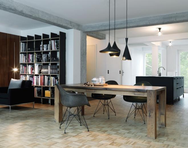 Una mesa de roble, las butacas Eames Plastic Chair en negro y con la pata Eiffel; y las maravillosas lámparas de Tom Dixon Beat Light