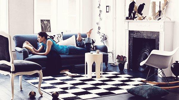 Vista del salón cuyo protagonista es el sofá azul petróleo.