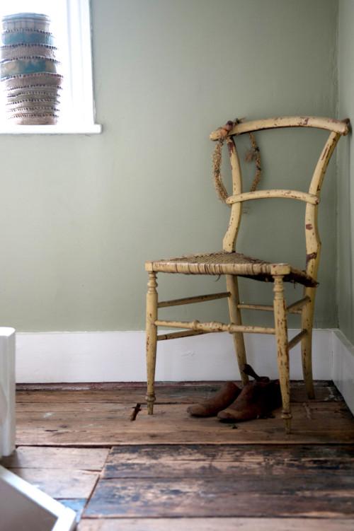 Me gusta mucho este rincón con la silla, el color de la pared, el suelo desgastado.