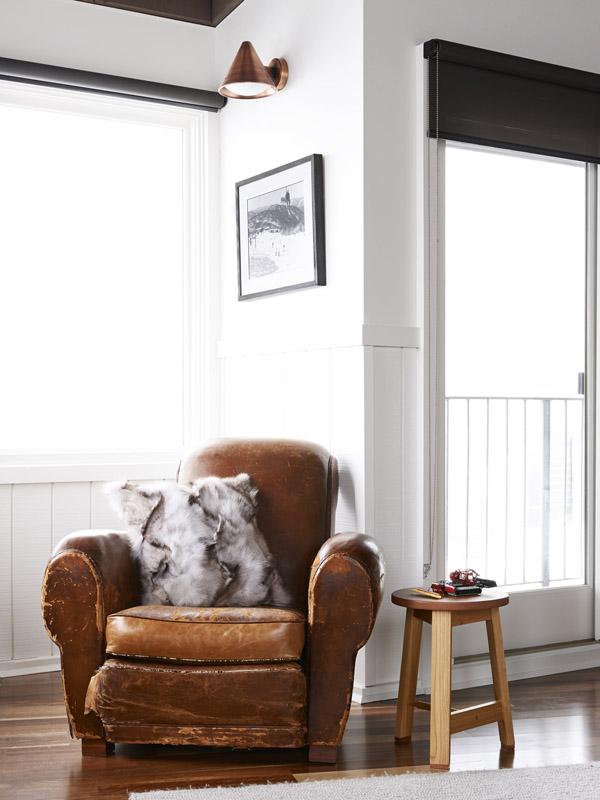 Un sillón de piel gastada decora una esquina.
