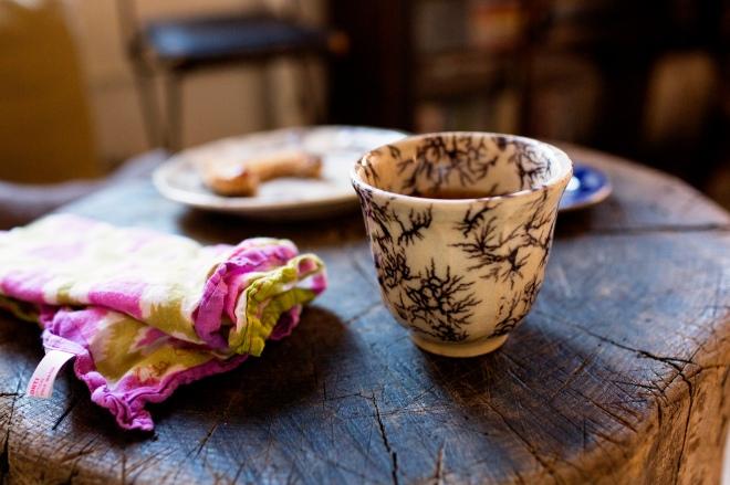 Detalle de una preciosa taza de porcelana.