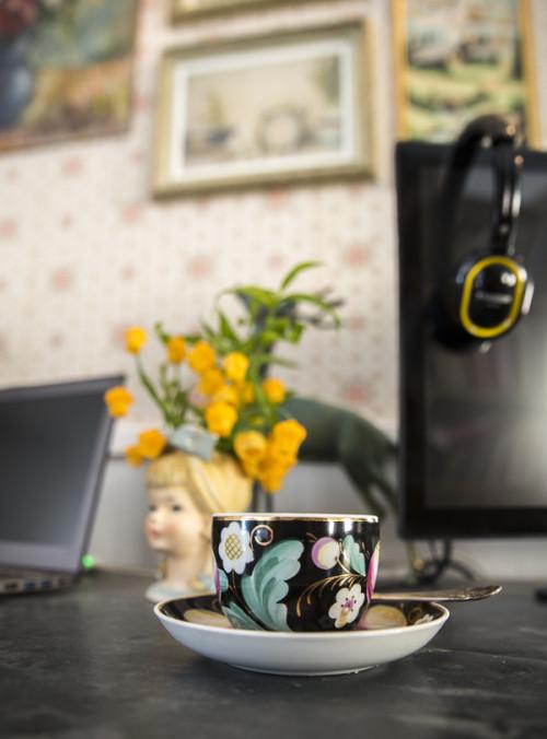 La preciosa taza vintage, en la zona de trabajo.