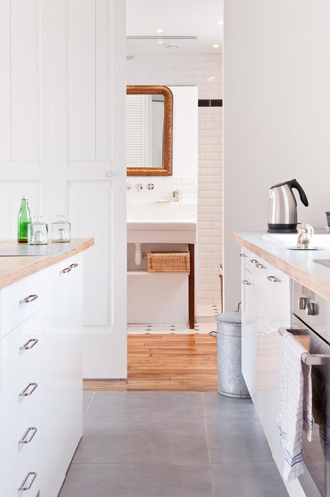 Paso del baño a la cocina. Los elementos del baño se encuentran detrás de la pared que vemos con el lavabo.