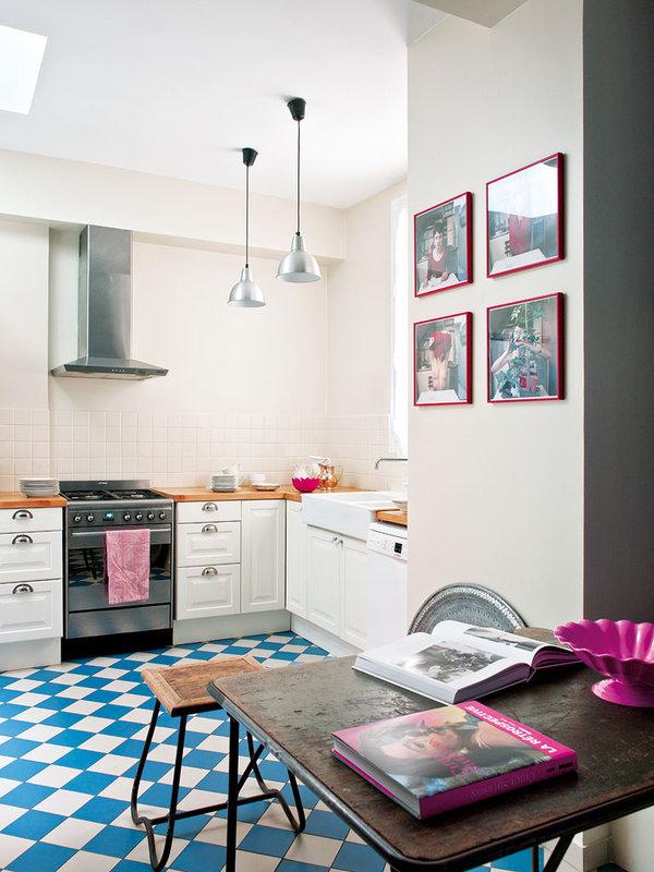 La cocina es muy colorida y especial  con los elementos expuestos.