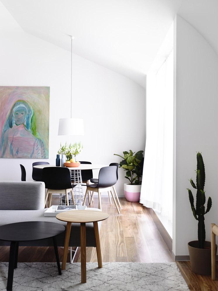 El sofá, la mesa, las sillas de comedor, todos los elementos hacen de este interior suave y comfortable