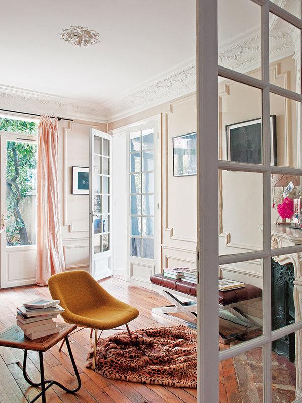 La vivienda está en un bajo, pero tiene una luz preciosa. Me gustan mucho las cortinas de lino y la combinación de colores.