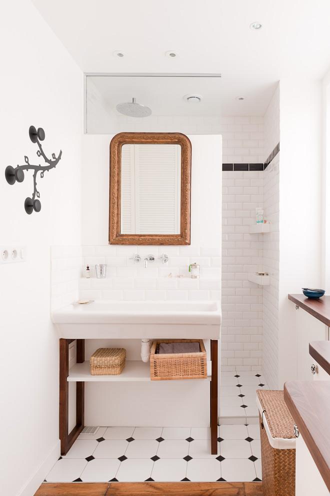 Detalle del baño. Ha utilizado el azulejo tipo metro con un remate en negro en la parte superior.