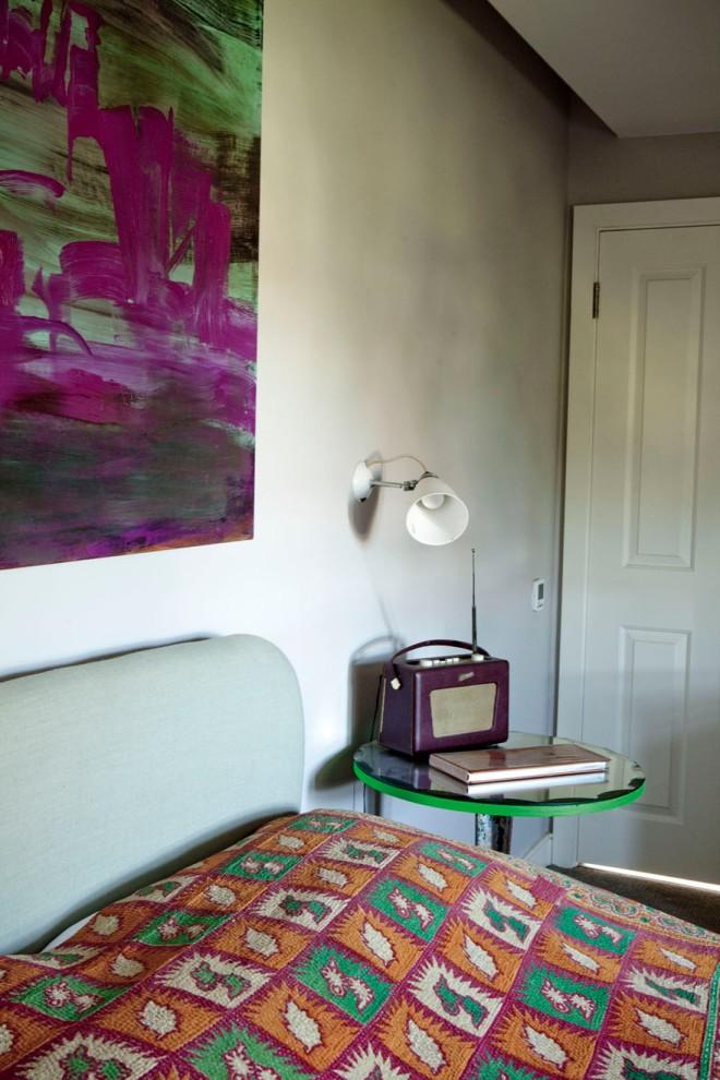 El dormitorio tiene las paredes estucadas en un gris claro. Contrasta muy bien con el cuadro magenta intenso.