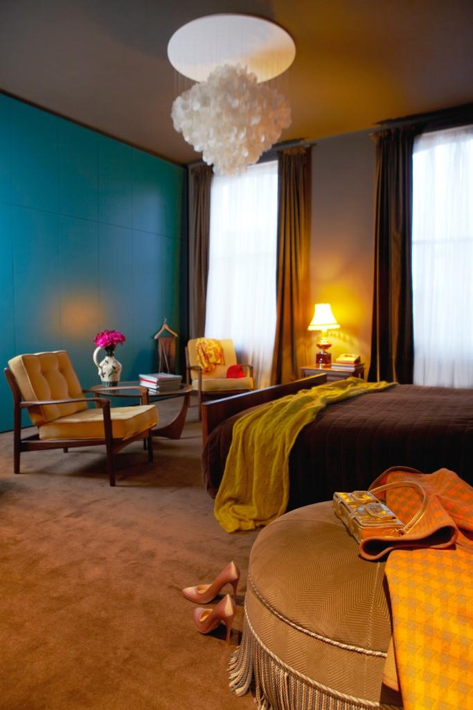 El dormitorio es también una combinación de colores fríos y cálidos, que tienen en común su saturación, son colores muy densos; me parece que forman un interior muy especial.