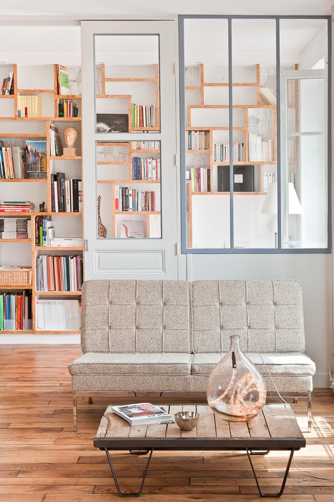 Entrada a la vivienda. Como en el resto de la casa se han reutilizado elementos para conformar el espacio. Me encantan las librerías en las zonas que se suponen que no tienen ninguna utilidad.