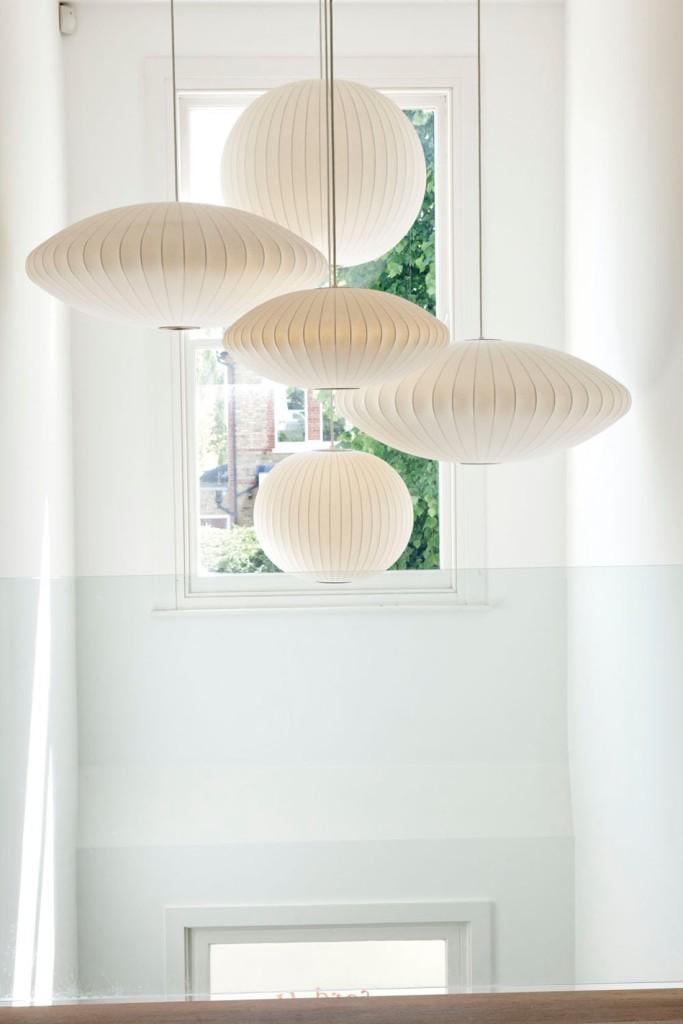 Las lámparas colgantes que decoran la escalera son de inspiración japonesa.