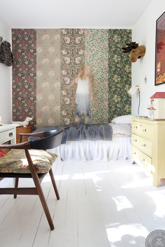Varias tiras de diferentes papeles pintados en el dormitorio infantil.