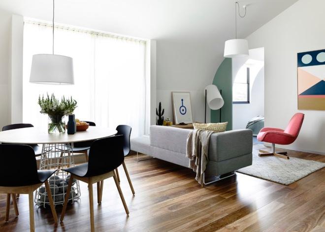 Otra vista del salón. La curvatura del techo ayuda a crear la sensación de suavidad.