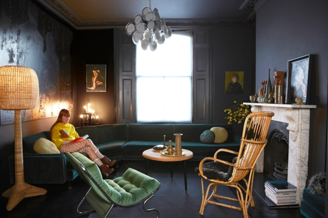 El salón está decorado en tonos azules y verdes, fríos en realidad.  Crea un espacio acogedor por la iluminación.