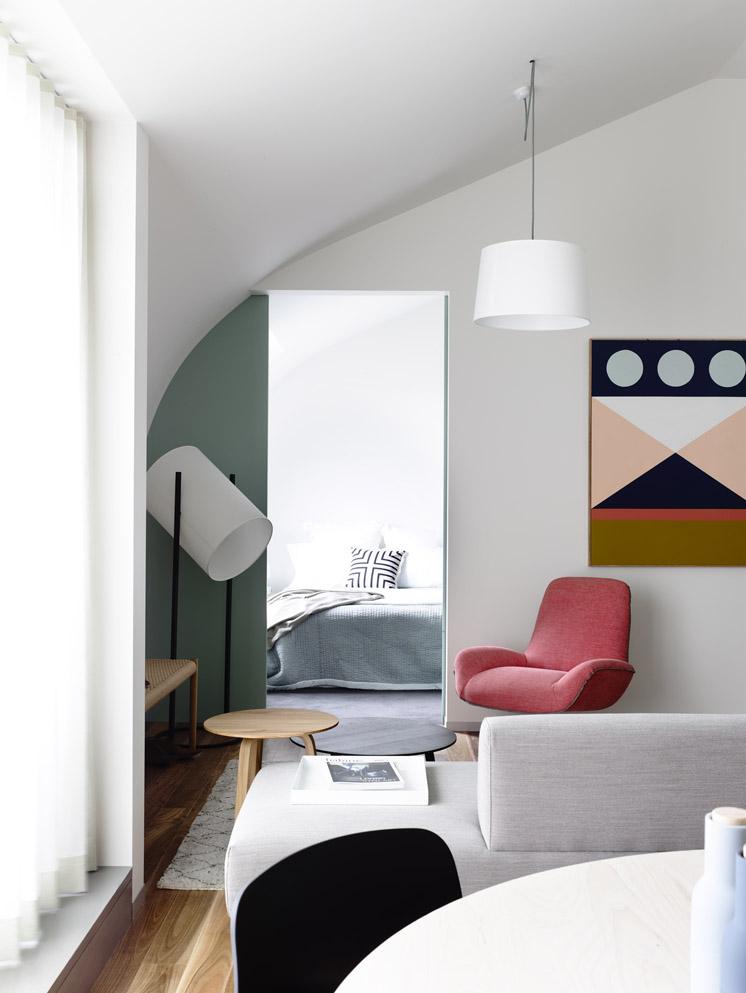La puerta corredera que da a la habitación principal se ha pintado en un verde agua que combina a la perfección con el resto de colores.