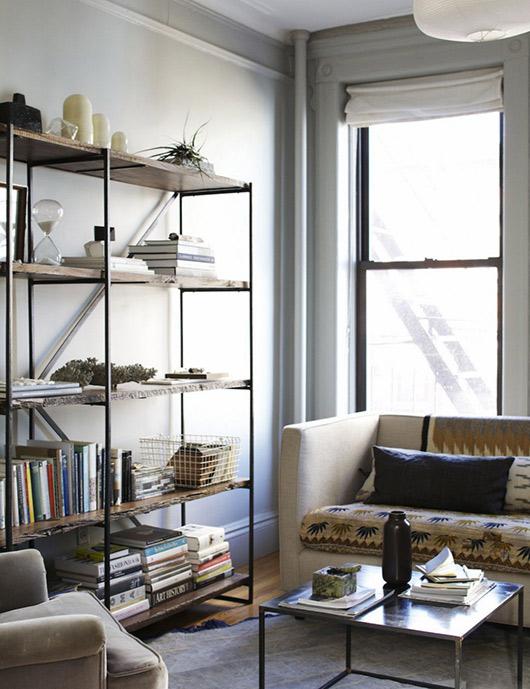 Vista del estar con una estantería sencilla.
