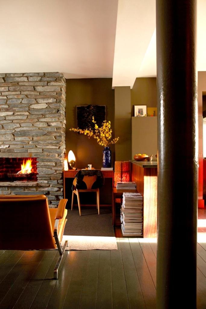En una esquina del espacio del estar han colocado el estudio. Me gusta mucho aprovechar rincones que de otro  modo estaría inutilizados.