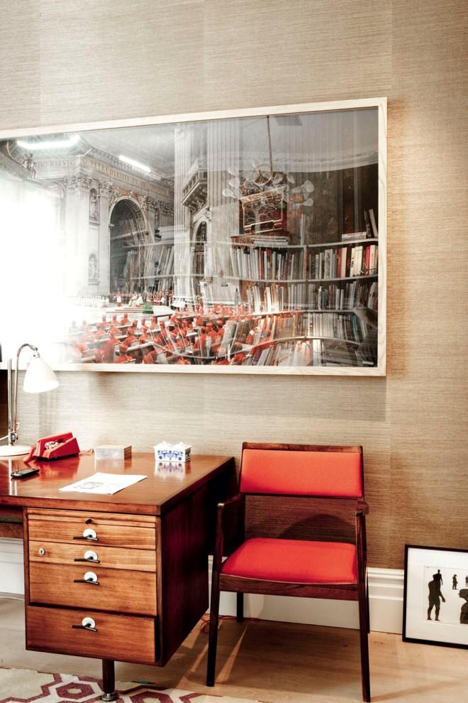 Precioso escritorio de los 50 con en un ambiente de neutros y rojos.
