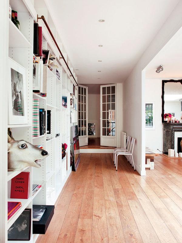 El pasillo también es muy ancho y han aprovechado estas dimensiones para colocar una librería.
