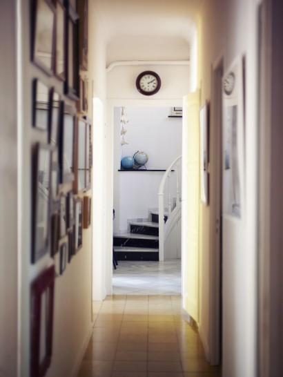 Pasillo decorado con fotografías, da sensación de calidez al interior.