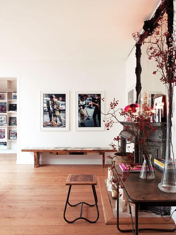Zona del estar con exposición de fotos.