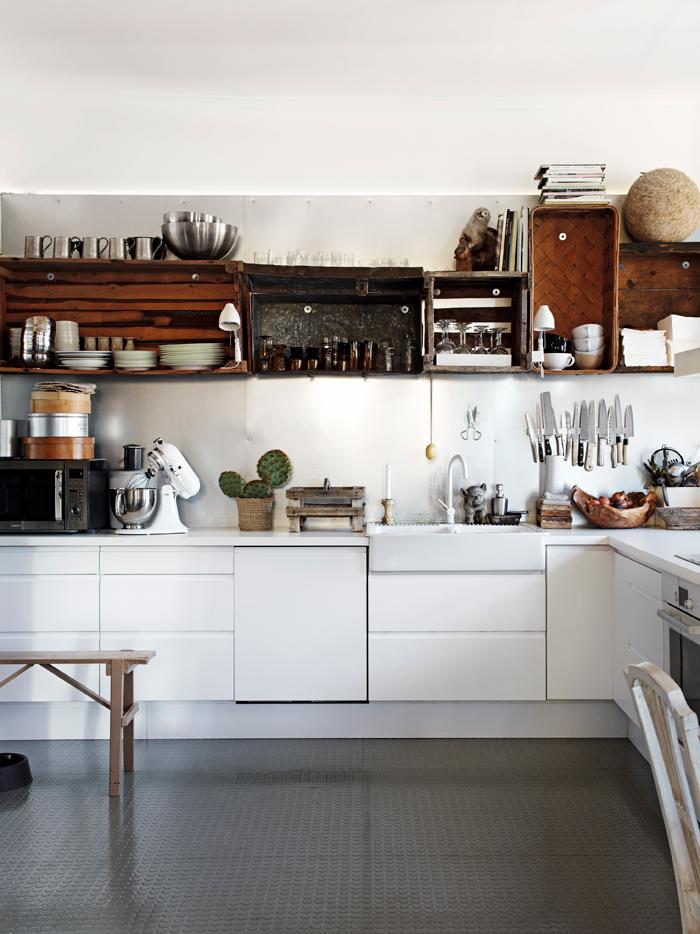 Los elementos superiores de la cocina están hechos de cajas de madera recuperadas. Me encantan!