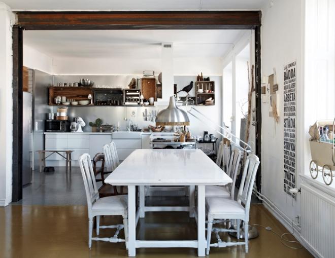 En el comedor se han colocado sillas diferentes pintadas en blanco, lo que les da uniformidad.