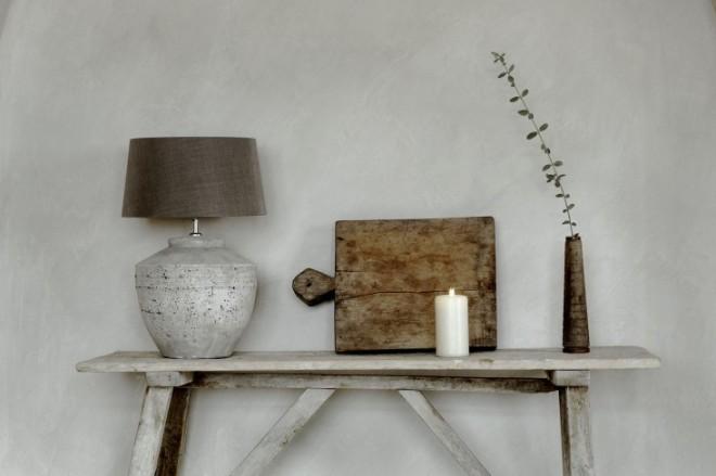 Detalle de la consola de madera decapada blanca.