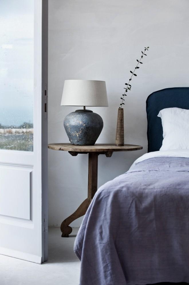 Detalle del dormitorio, decorado con elementos más confortables, como el cabecero tapizado, suave. En este caso se ha optado por colores malvas y azules, muy relajantes.