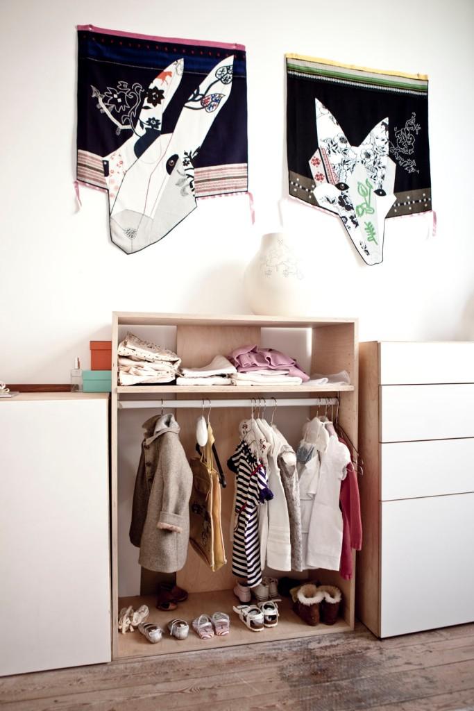 En el dormitorio infantil podemos ver soluciones creativas como este armario sin puertas.