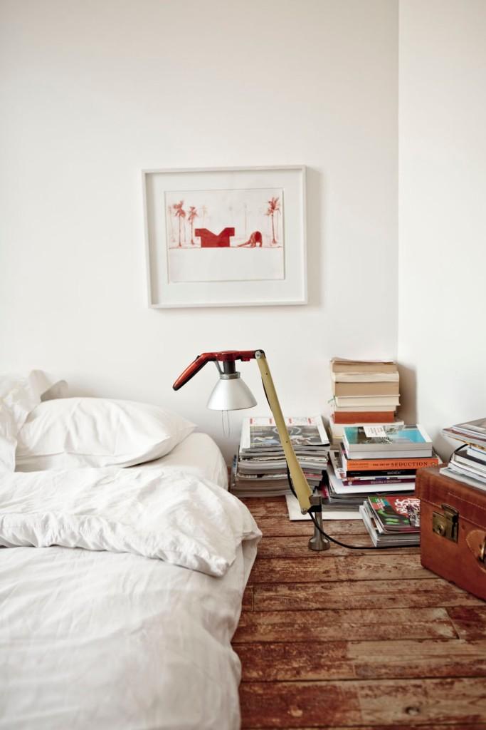El colchón se apoya en el suelo en el dormitorio principal.