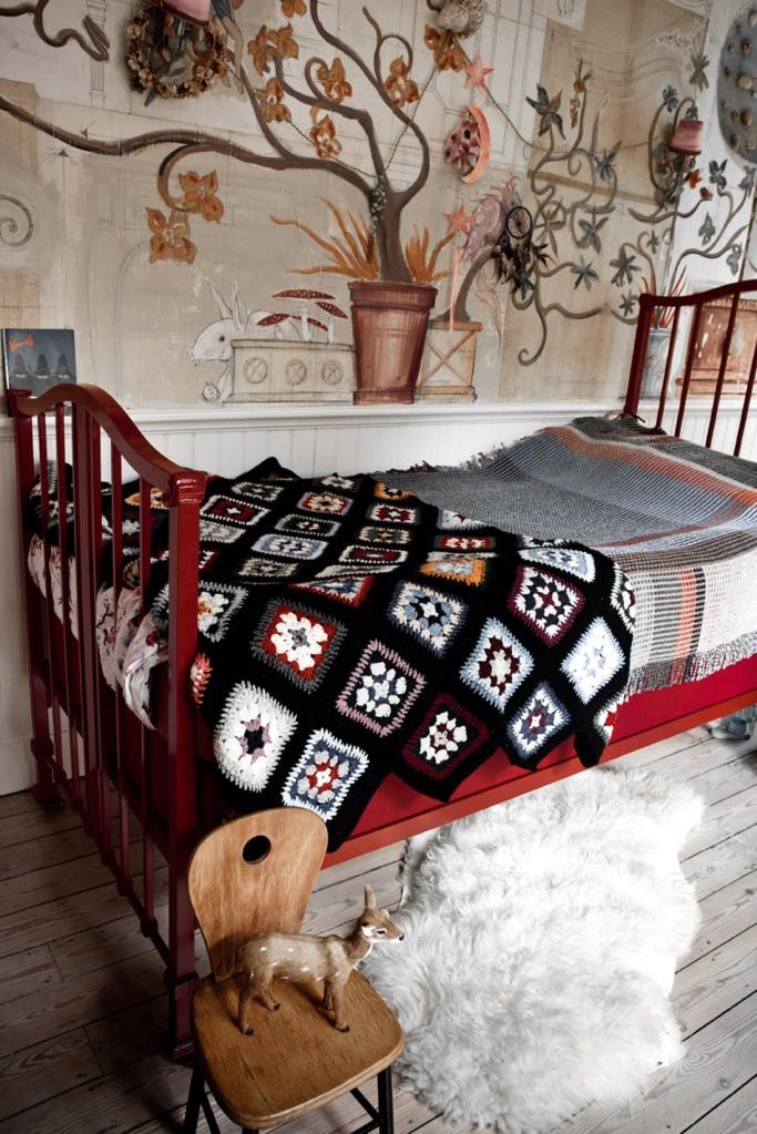 El dormitorio infantil destaca por el mural espectacular en la pared.