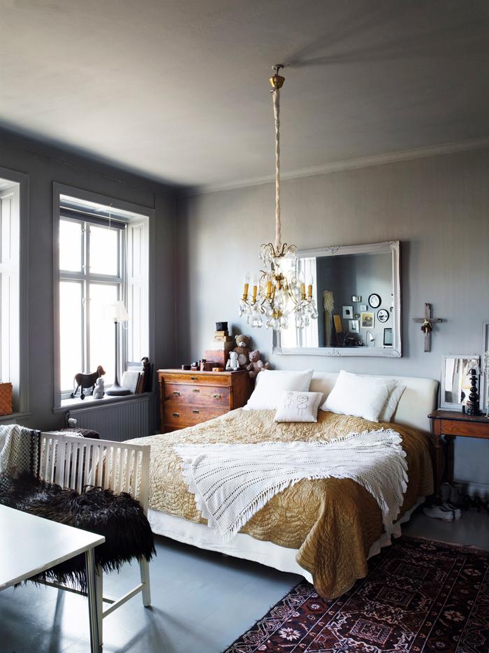 Tener dos elementos diferentes como mesitas de noche hace que el dormitorio tenga otra imagen, más fresca.