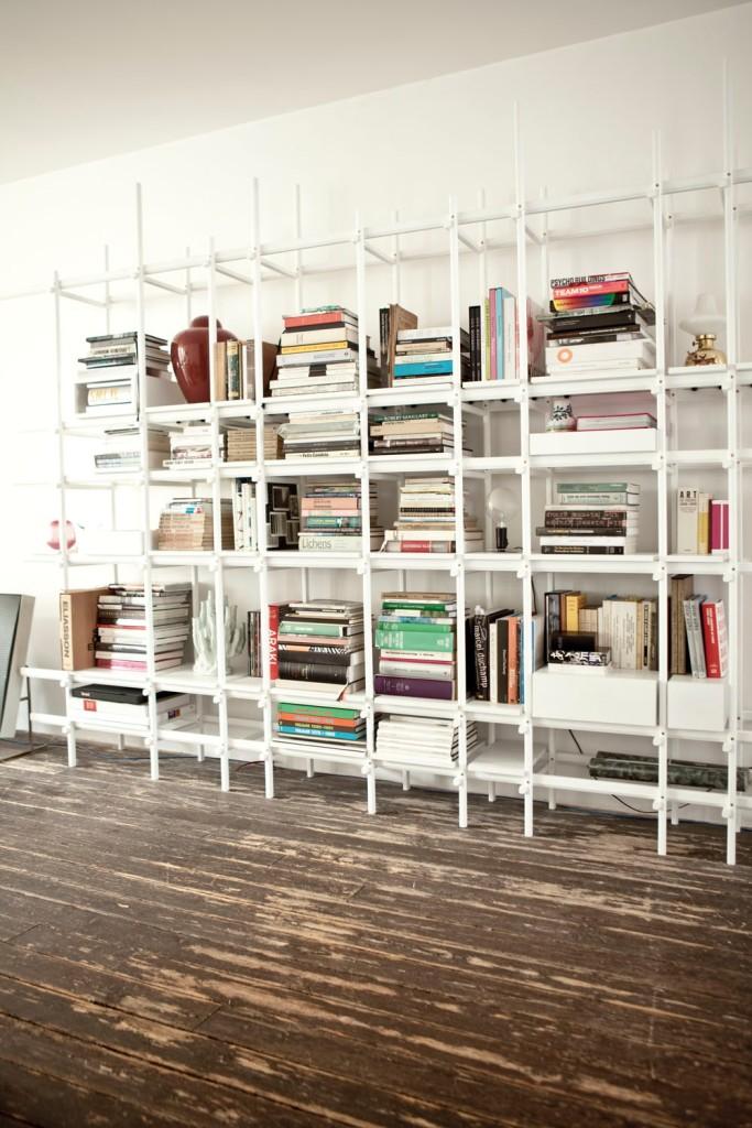 Preciosa estantería de madera diseño de Hay.