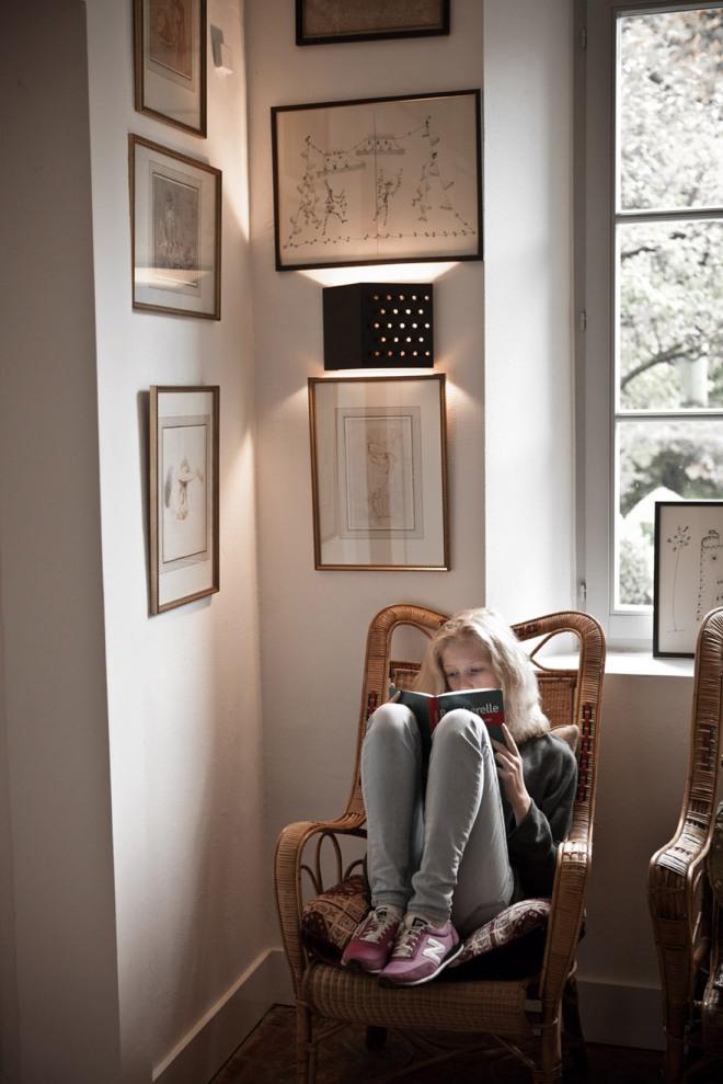 Rincón de lectura al lado de la ventana.