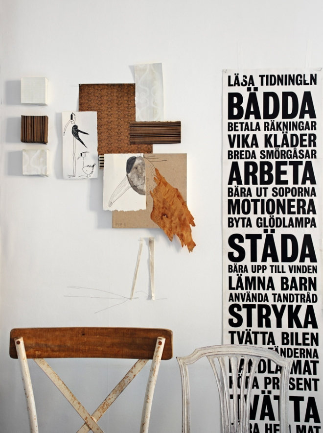 Detalles en las paredes. La silla de madera decapada es preciosa y queda genial con los elementos de la pared.