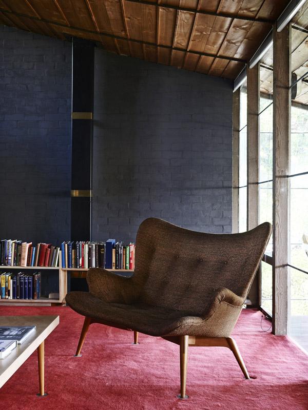 El mobiliario de la vivienda también es el típico de la época, tapizado en telas y colores lisos.