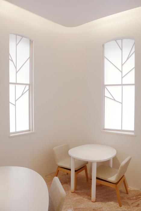 La hoja del cerezo está presente en la partición de las ventanas.