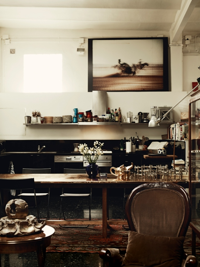 En la cocina se ha dejado todo a la vista, incluso las instalaciones eléctricas. Tiene una vistosa mezcla de elementos y estilos de mobiliario lo que hace un interior más rico.