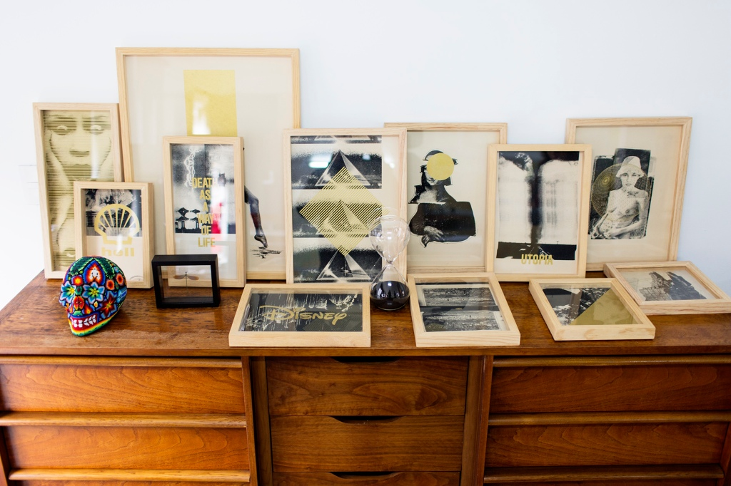Colección de cuadros sobre un aparador.