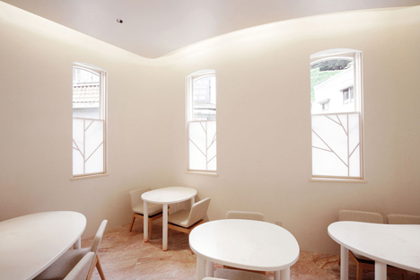Ambiente general con un precioso foseado en el techo y las diferentes ventanas con sus particiones.
