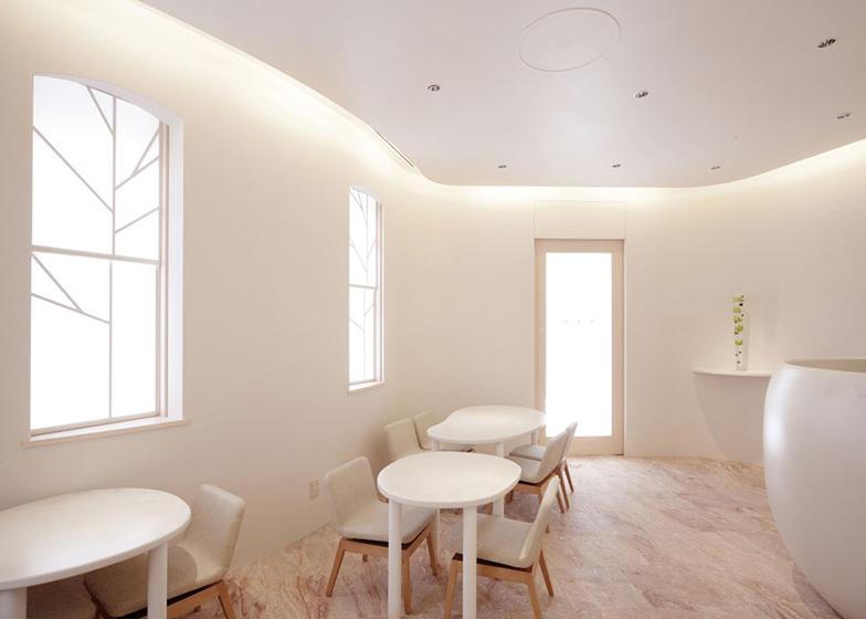Las mesas son redondeadas, haciendo el ambiente más suave y acogedor.