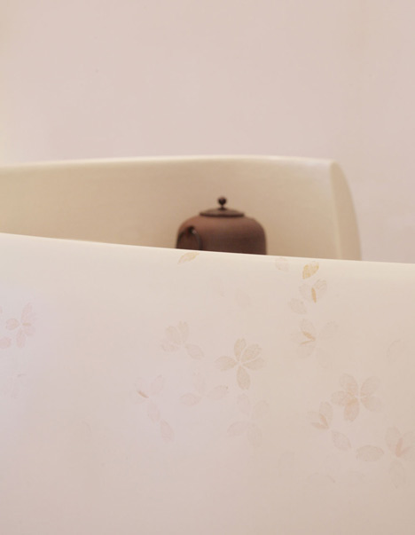 Las hojas están impresas en los acabados  del mostrador y de las paredes.
