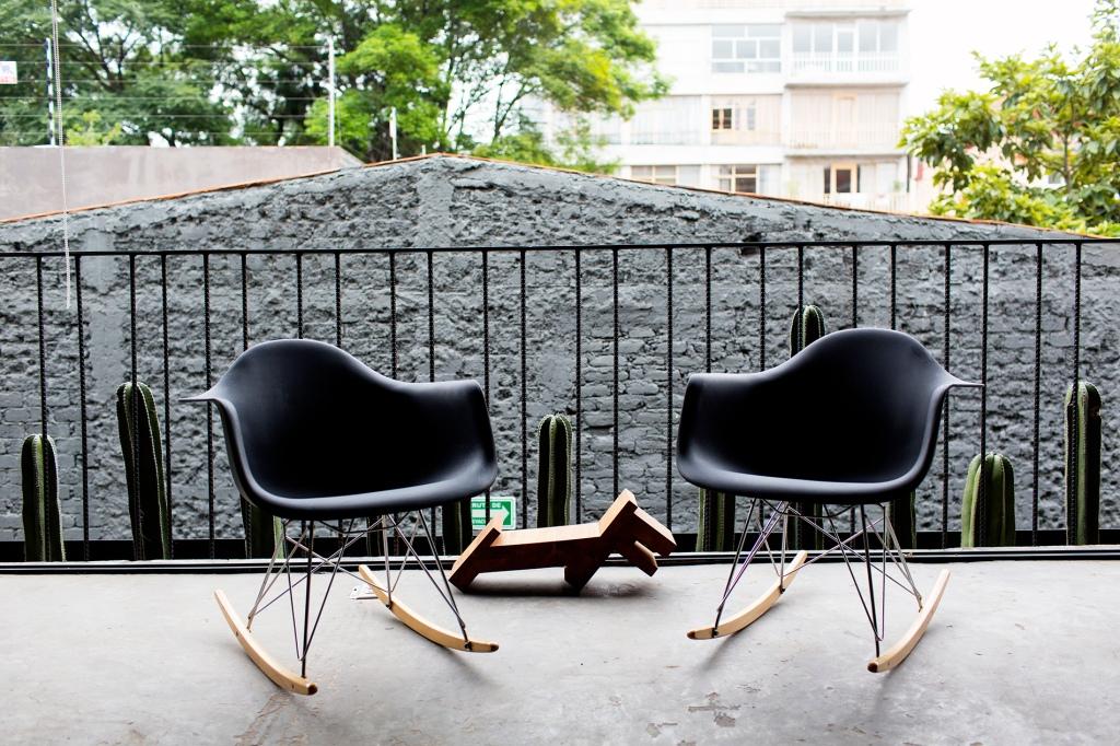 La terraza se amuebla con unas mecedoras de los Eames.