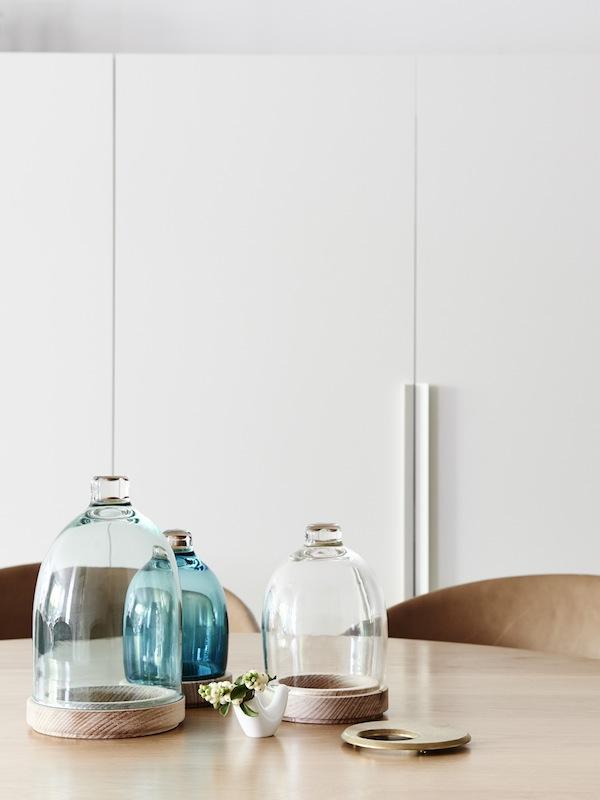 Elementos decorativos encima de la mesa de comedor que aportan calidez al interior.