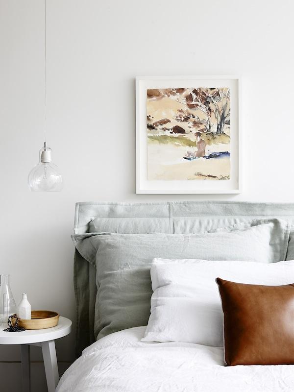 En el dormitorio la decoración se basa en elementos de color generado por la acuarela que decora la pared.