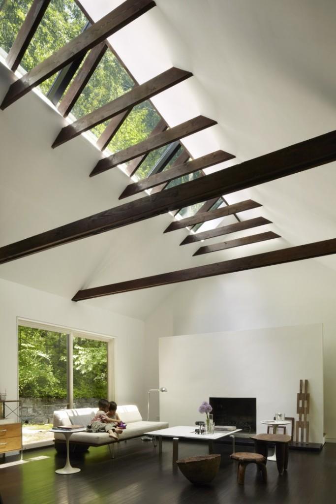 Detalle de la cubierta con un lucernario longitudinal que inunda de luz en interior.