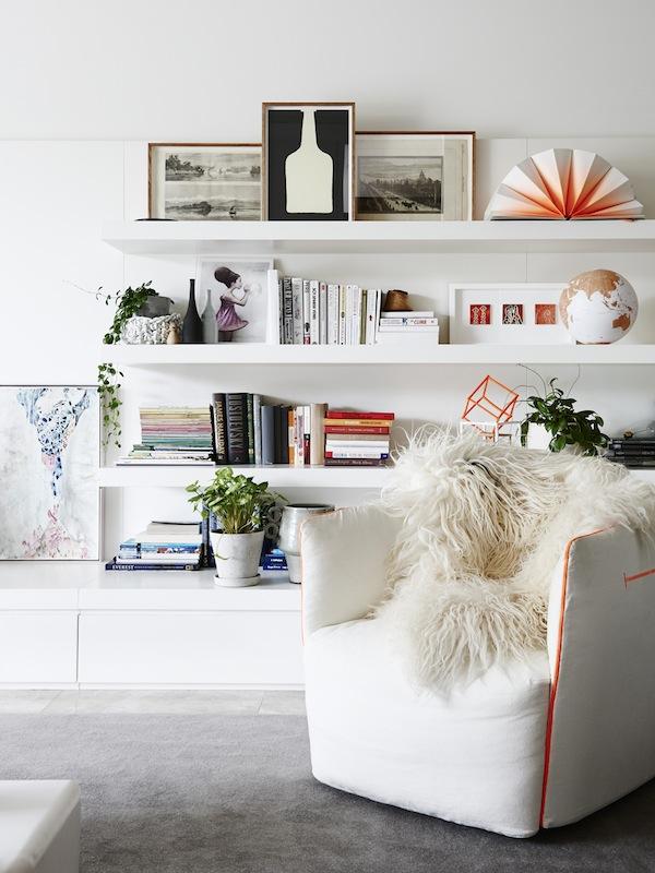 Una estantería integrada en el mobiliario resuelve esta zona de salón.
