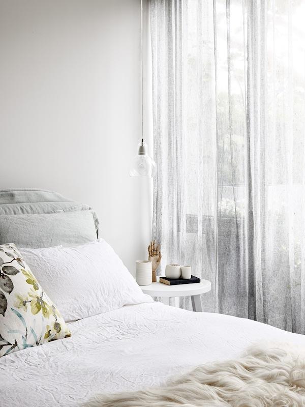 La lámpara transparente colgante queda muy integrada en el interior. LA elección de colores y tejidos para el dormitorio me parece magnífica!